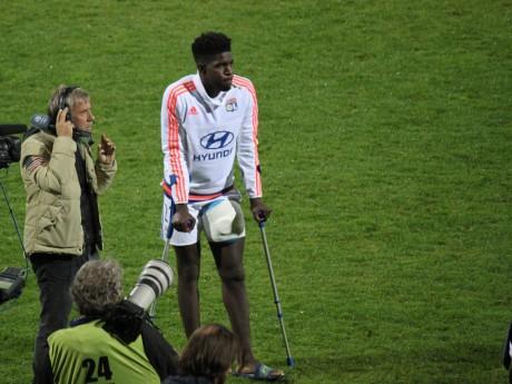 Samuel Umtiti est revenu en béquilles sur la pelouse à la fin du match - LyonMag