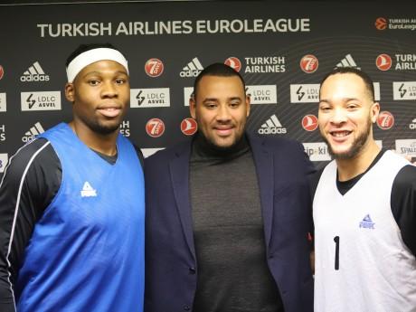 Gaëtan Muller entouré de Guerschon Yabusele (à gauche) et Davion Berry (à droite) - LyonMag.com