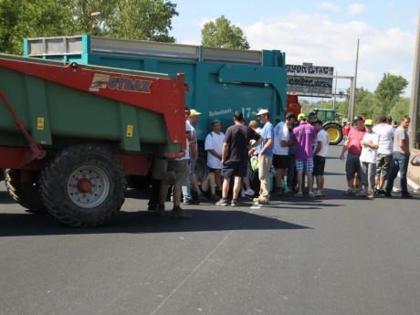 Des agriculteurs sur l'A7 à Solaize fin juillet - LyonMag