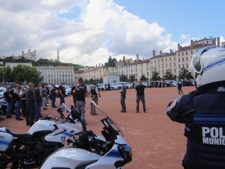Une centaine de policiers réunis sur la place Bellecour - LyonMag