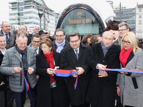 Photo souvenir de l'inauguration du tramway pour le grand stade de Décines - LyonMag