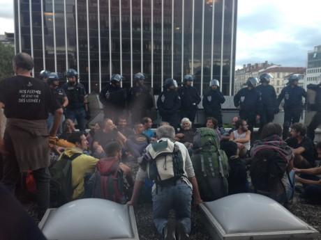 Sur le toit, les manifestants sont encerclés et sommés de partir - LyonMag