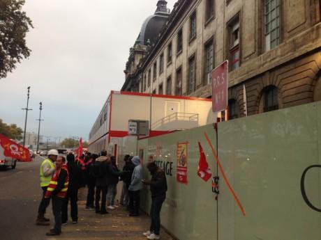 Les grévistes devant l'Hôtel-Dieu, dans le 2e arrondissement de Lyon - LyonMag