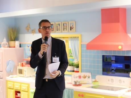 Le directeur de la Cité de la Gastronomie devant la dînette géante - LyonMag