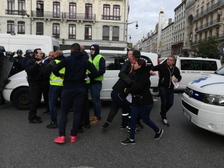 Les ambulanciers ce mercredi place Bellecour face aux forces de l'ordre - LyonMag