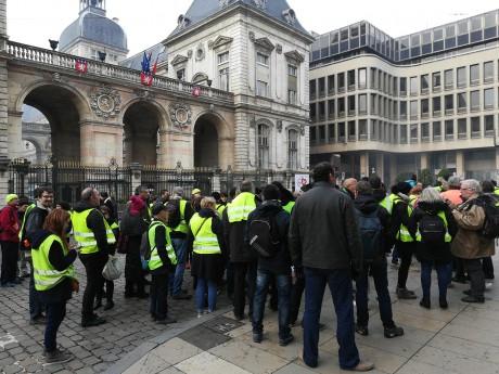Les gilets jaunes devant l'Hôtel de Ville - LyonMag