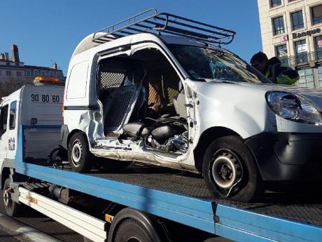 C'est le véhicule municipal qui a été le plus touché dans le choc - LyonMag