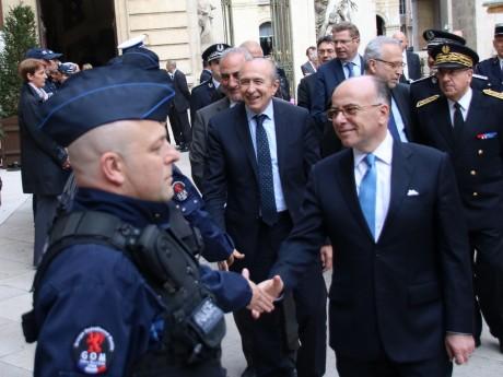 Bernard Cazeneuve et Gérard Collomb saluent les policiers lyonnais - LyonMag