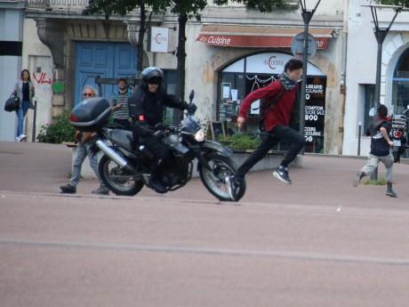 Un policier en moto tente d'interpeller un casseur - LyonMag