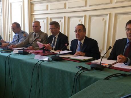 Le préfet Delpuech entouré notamment du gouverneur militaire de Lyon samedi - LyonMag