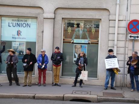 Les manifestants devant la permanence de Philippe Cochet à Caluire - LyonMag