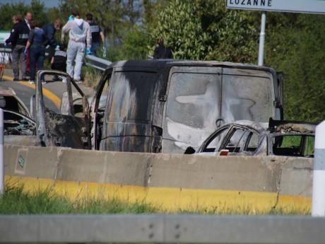Les restes du fourgon et des voitures incendiés - LyonMag
