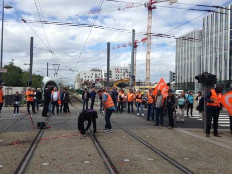 Les manifestants ont bloqué le tramway et le RhônExpress - LyonMag