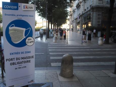Ces panneaux sont installés pour prévenir les piétons et cyclistes de l'entrée dans une zone masque obligatoire - LyonMag