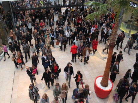 La foule dans les allées du pôle de loisirs et de commerces de Confluence, cours Charlemagne (Lyon - 2e) - LyonMag