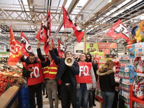 Dans le Carrefour de Villeurbanne ce samedi matin, une quarantaine de salariés en grève - LyonMag