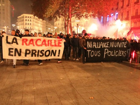 Banderoles affichées en début de cortège par les policiers - LyonMag