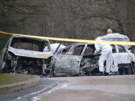 Les voitures qui bloquaient la route ont été incendiées après le braquage - LyonMag