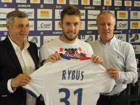 Maciej Rybus, tenant fièrement son maillot, aux cotés de Bruno Génésio et Bernard Lacombe - Lyonmag.com