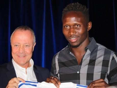 Mapou Yanga-Mbiwa, ici aux côtés de Bernard Lacombe, portera le numéro 2 - LyonMag