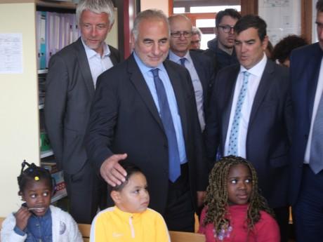 Georges Képénékian rend visite aux écoliers des Bleuets ce lundi matin - LyonMag