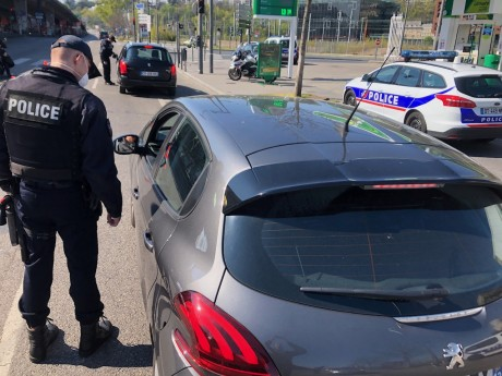 Un policier contrôle un automobiliste - LyonMag