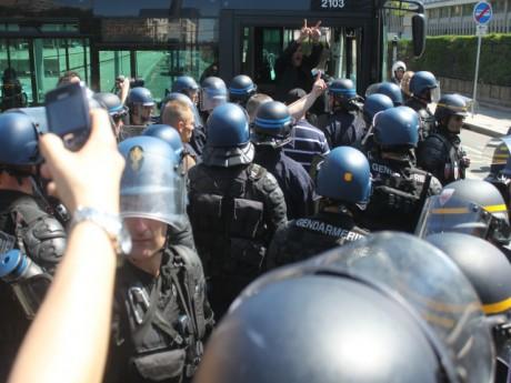 Dans le bus, Yvan Benedetti, leader de l'Oeuvre Française, emmené par la police - LyonMag