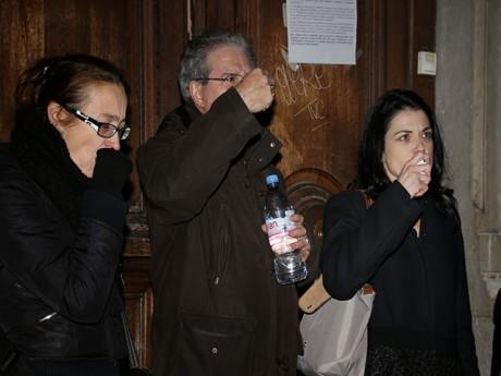 Nathalie Perrin-Gilbert (à droite) devant le collège Truffaut mardi soir - LyonMag