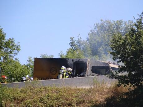 Les pompiers tentent de maîtriser l'incendie du fourgon Prosegur - LyonMag