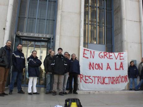 Les postiers grévistes devant la Poste de la place Antonin-Poncet - LyonMag