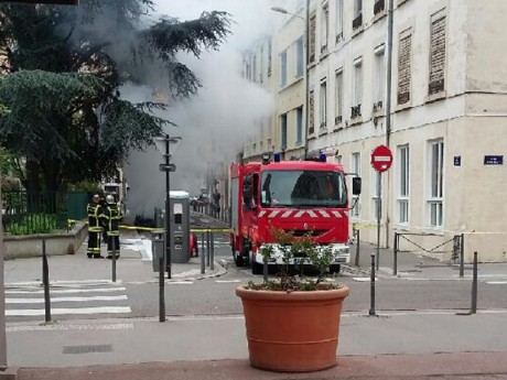 L'incendie s'est déclaré devant l'école Jean Couty - LyonMag