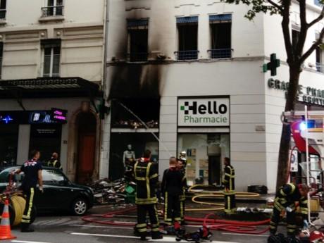 La façade de la pharmacie noircie par les flammes - DR