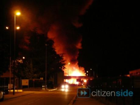 L'incendie de l'entrepôt à Saint-Bonnet-de-Mure - Photo Citizenside/DR