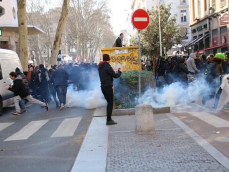 Des jeunes ont jeté des projectiles sur les forces de l'ordre, qui ont répliqué à coups de gaz lacrymogène - Lyonmag.com