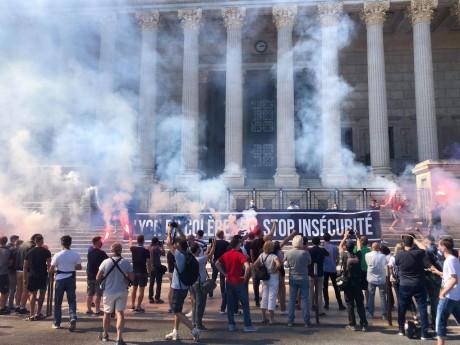 Les manifestants devant le palais de justice- LyonMag