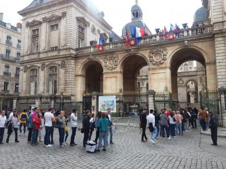 Les visiteurs devant l'Hôtel de Ville - LyonMag