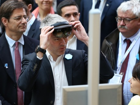 Laurent Wauquiez lors de la visite des stands du Digital Summit - LyonMag