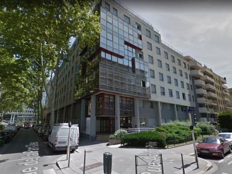 Le bâtiment situé rue de la Part-Dieu à Lyon, victime de pierres plutôt que de balles ? - DR