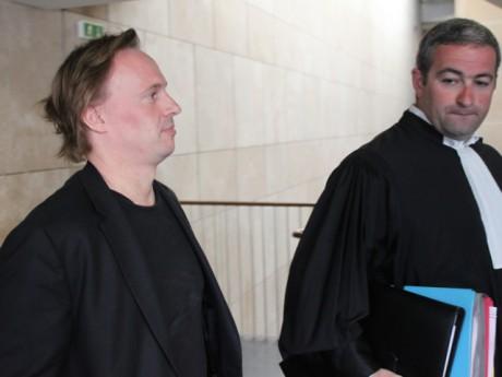 Nicolas Le Bec, mardi matin, à la sortie de son audition au tribunal de commerce, en compagnie de son avocat - LyonMag