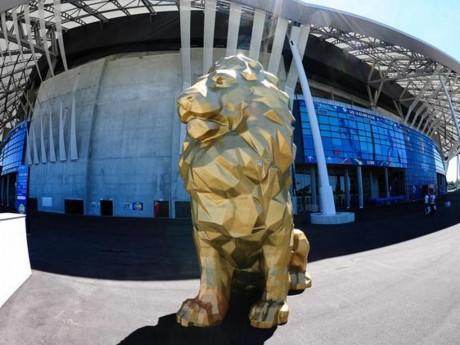Plusieurs lions magistraux trônent devant le Groupama Stadium - DR