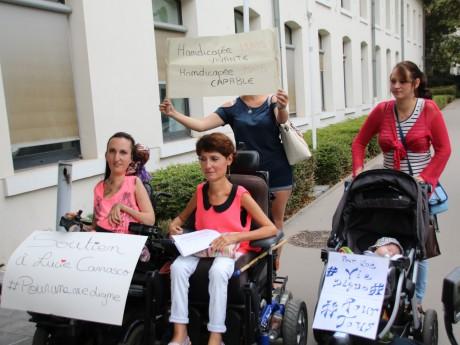 Lucie Carrasco, à gauche, soutenue par une cinquantaine de personnes dans son combat contre l'administration - Lyonmag.com