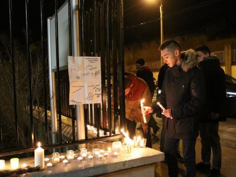 Des bougies ont été allumées dans la soirée devant le lycée des deux victimes - LyonMag