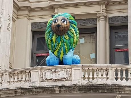 Un des lions géants du festival Retrouvailles My Presqu'île - LyonMag