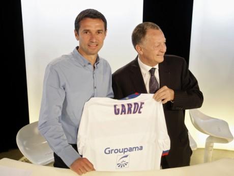 Le maillot 2011-2012, avec Rémi Garde et Jean-Michel Aulas - Photo Lyonmag.com