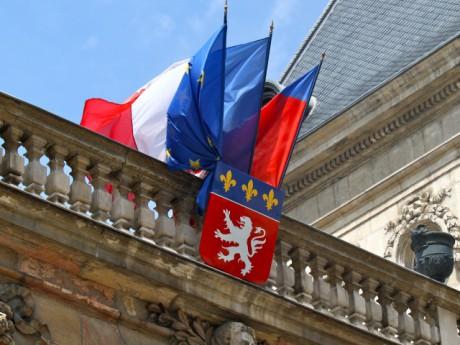 Les drapeaux de l'Hôtel de Ville de Lyon restent en berne ce mercredi - Lyonmag.com