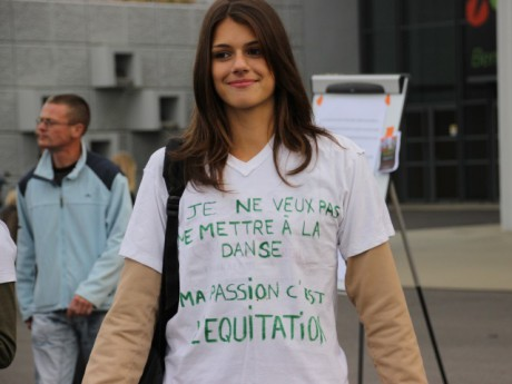 Une manifestante ce vendredi matin devant Equita' - LyonMag