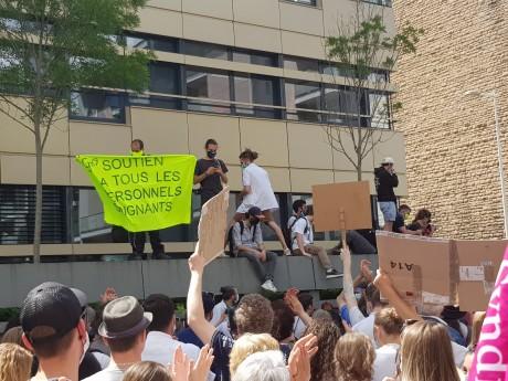Les manifestants le 16 juin dernier devant l'Agence Régionale de Santé - LyonMag