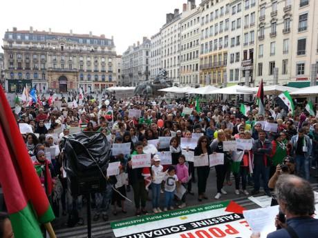 Environ 600 personnes réunies sur la place des Terreaux - Photo LyonMag