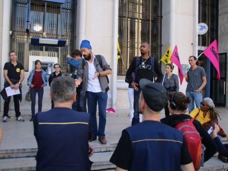 Le postier menacé de licenciement (à droite) entouré par ses soutiens - Lyonmag.com