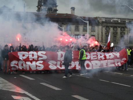Les supporters de l'OL sur le pont de la Guillotière - LyonMag.com
